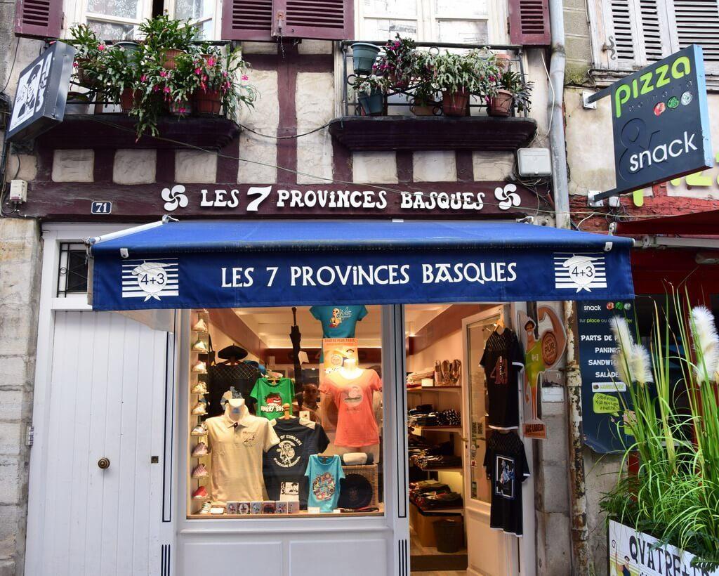 quoi acheter au Pays Basque : vêtements Basques