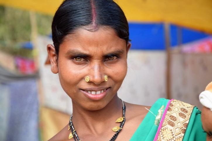 Une belle femme de la tribu Dhurwa avec de magnifiques yeux verts