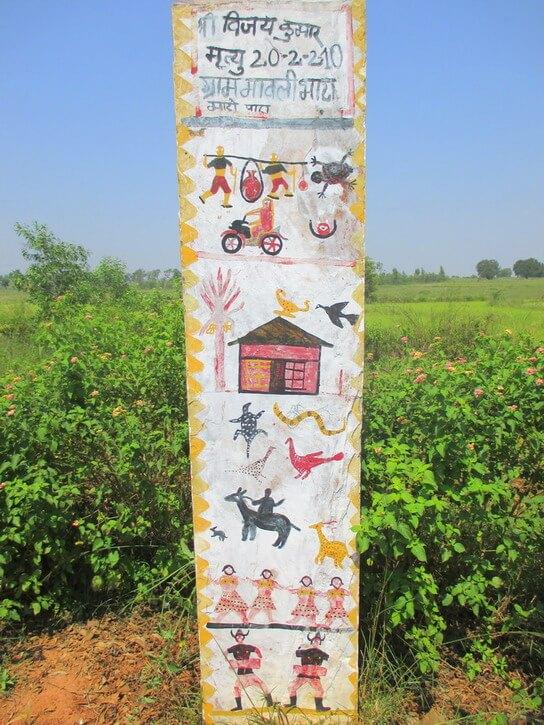 Stèle blanche avec des scènes de vie peintes