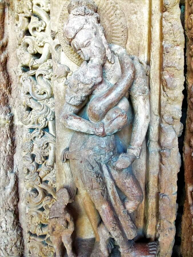 Pilier avec sculpture érotique au complexe de Teevardev Sirpur Chhattisgarh Inde