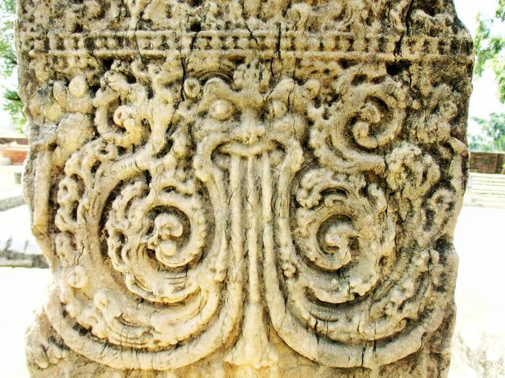 Pilier dragon du temple de Surang Tila Sirpur Chhattisgarh