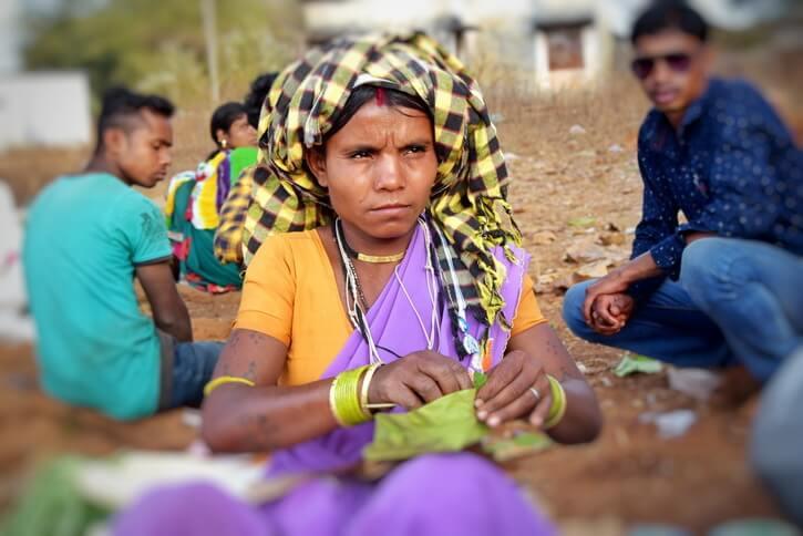 Une femme de la tribu Dhurwa portant un turban et les bijoux de son clan