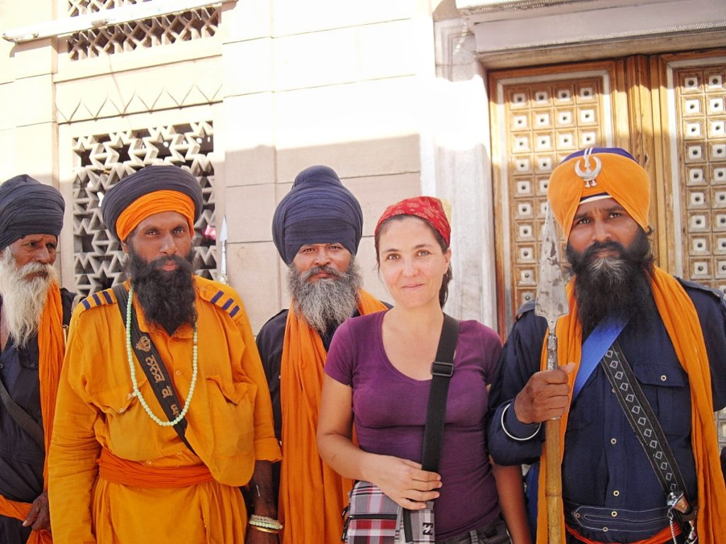 Stéphanie, voyageuse solo, avec des guerriers Sikhs à Delhi