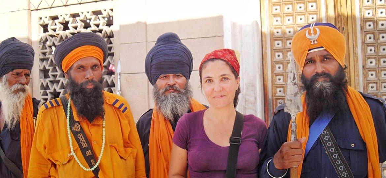 L'écrivaine Stéphanie Langlet avec des guerriers Sikhs à Delhi pendant un de ses voyages solos en Asie