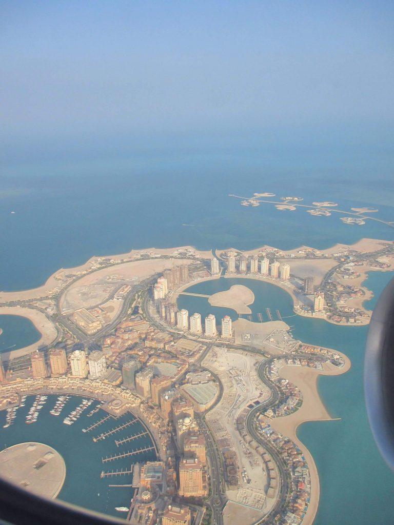 Doha Qatar vu depuis l'avion - article 9 astuces pour payer moins cher son billet d'avion