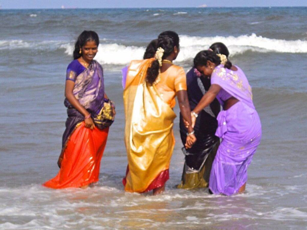 Indiennes se baignant en saree à Chennai Tamil Nadu