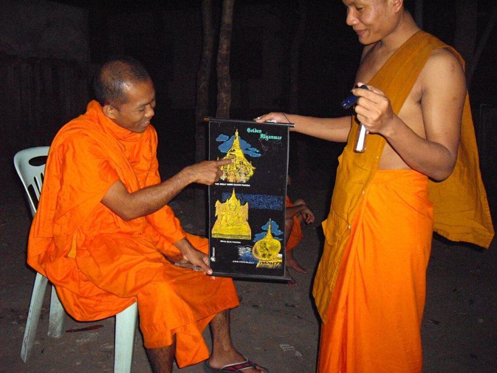 voyager seul avec les moines de la province birmane de l'Arakan à Mae Sot en Thaïlande