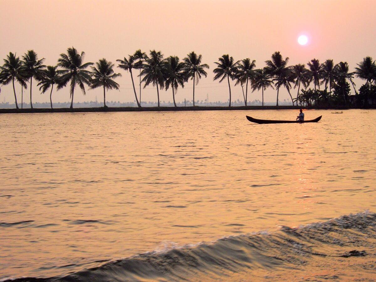 Coucher de soleil sur les backwaters d'Alleppey au Kerala Inde du sud