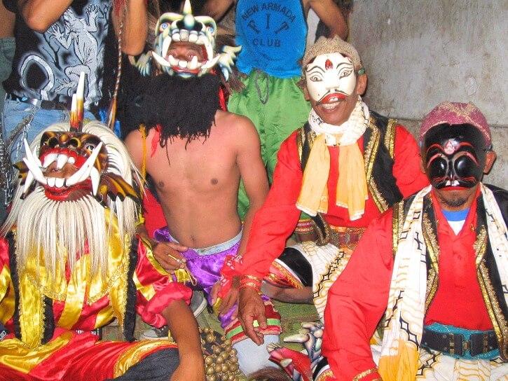Danseurs lors de danses de transe dans un village de Java près de borobudur