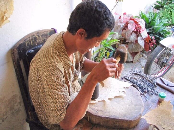 Fabrique de marionnette du théatre d'ombres de Java