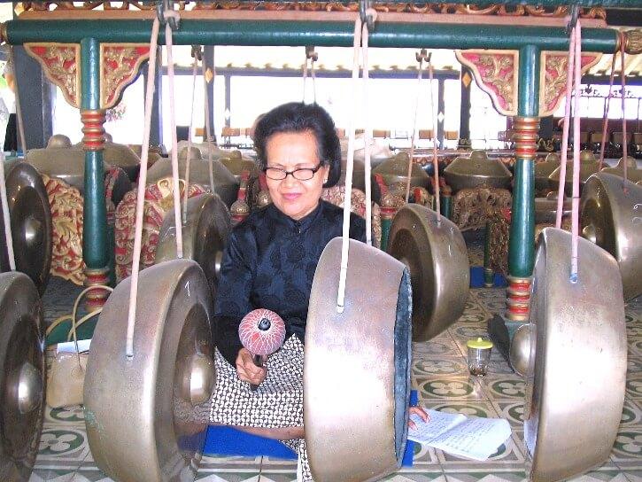 Joeuse de l'orchestre traditionnel de Java, le Gamelan, au Kraton, le palais du Sultan de Yogyakarta