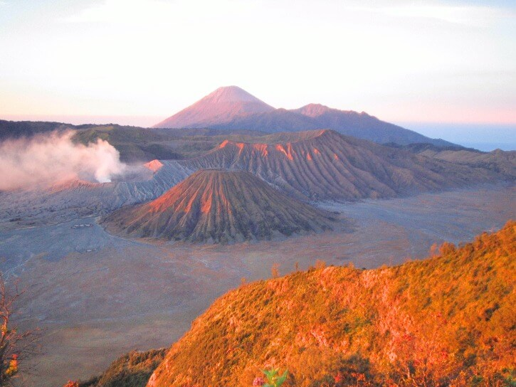 Lever du soleil sur la caldeira des volcans Bromo et Semeru depuis le Mont Penanjakan ile de Java Indonesie