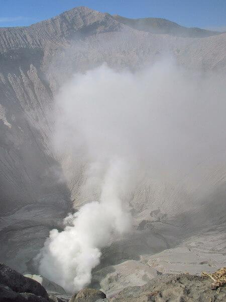 Vapeur de soufre au coeur du volcan Bromo ile de Java Indonesie