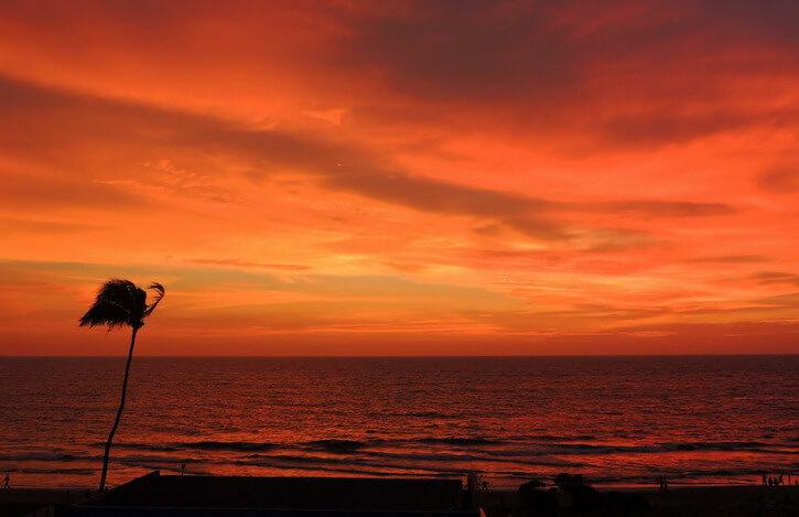 coucher de soleil sur la plage de Calicut dans le Kerla Inde