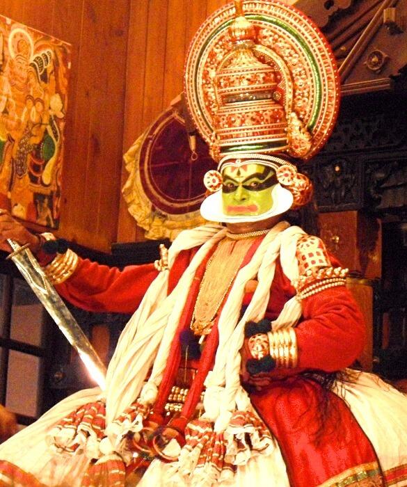 Acteur de Kathakali représentant le prince ou le bien à Kochi Kerala Inde