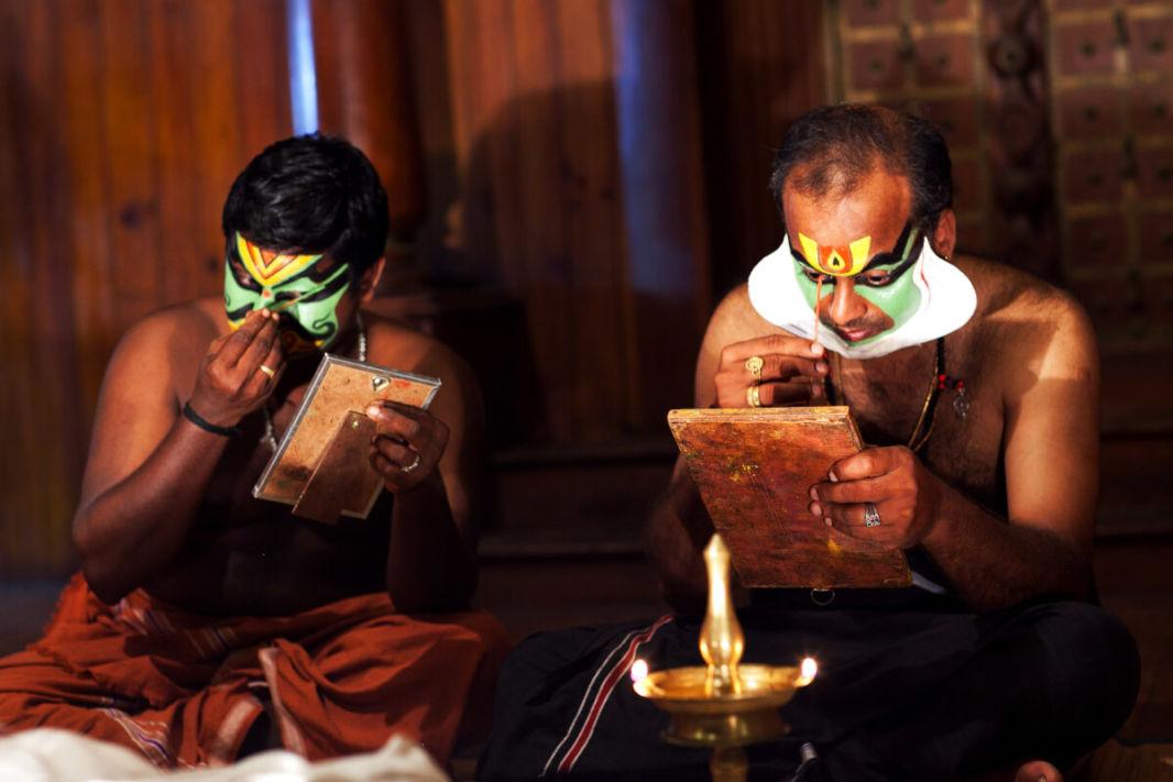 Deux acteurs de Kathakali en train de se maquiller