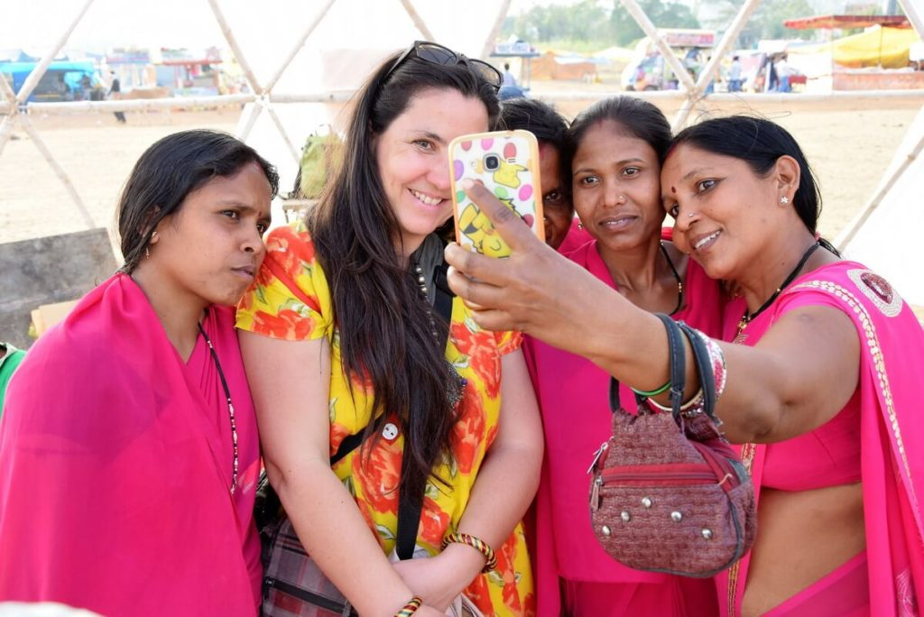 The expert of the Tribal culture of India Stephanie Langlet during Chitrakoot festival, accepting a selfie with several women