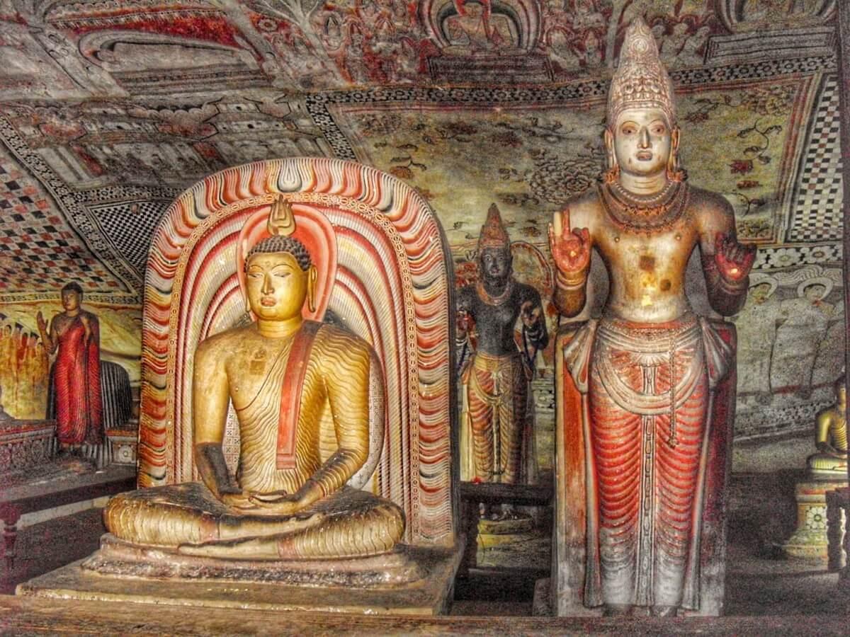 Bouddha assis et statues de divinités dans la grotte de Dambulla