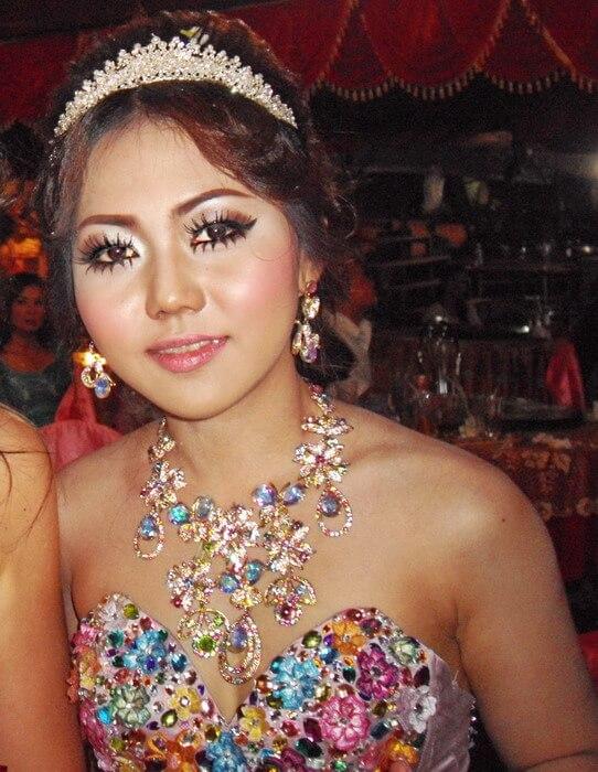 La mariée lors de la wedding party, très jolie avec ses bijoux et sa robe... mais ivre !