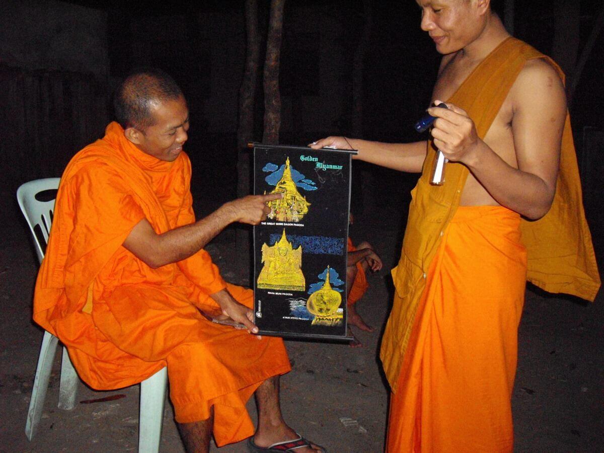 Nyne Chang montrant fièrement les sites importants de Birmanie sur une peinture appartenant à Pyna Wan Tha