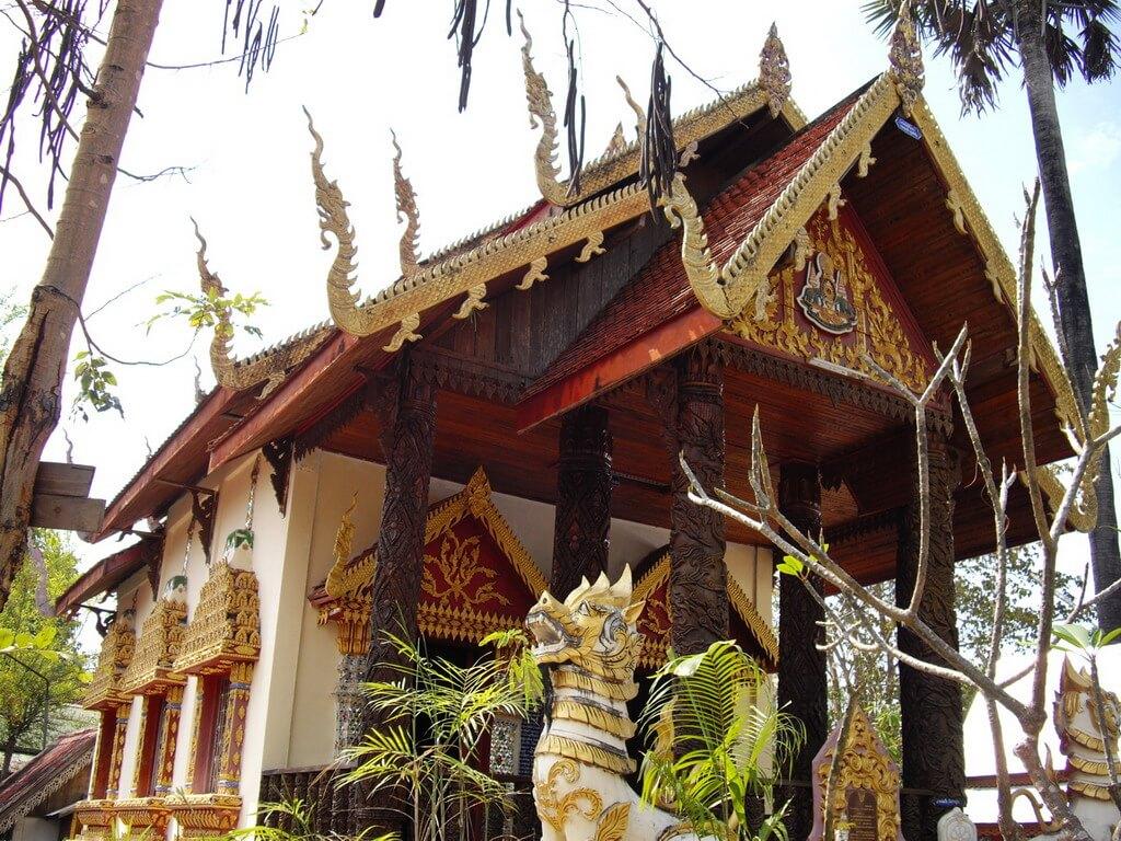 Une jolie pagode blanche et dorée