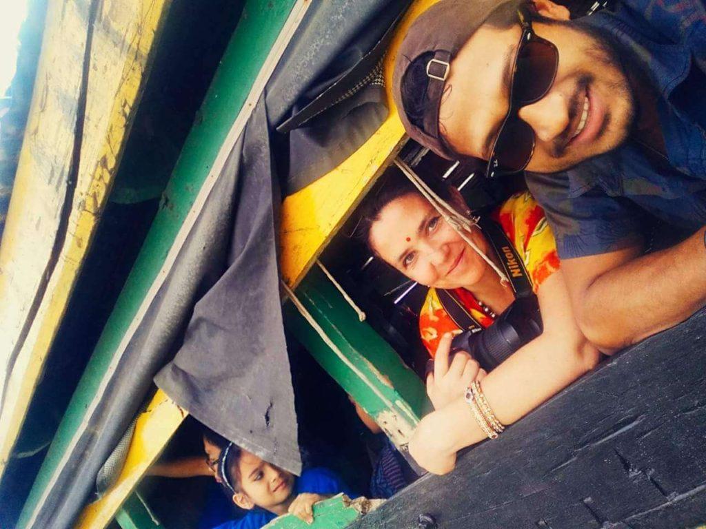 Stéphanie Langlet et un Assamais, Mickey, sur le bateau pour Majuli