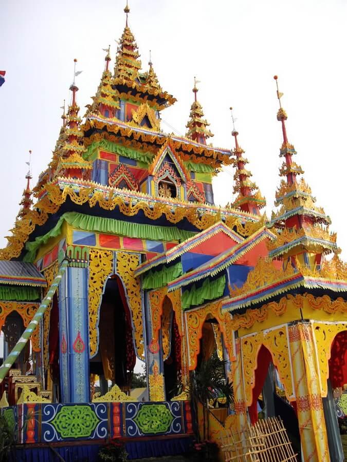Temple grandeur nature en papier peint en jaune bleu et orange dans lequel la crémation aura lieu