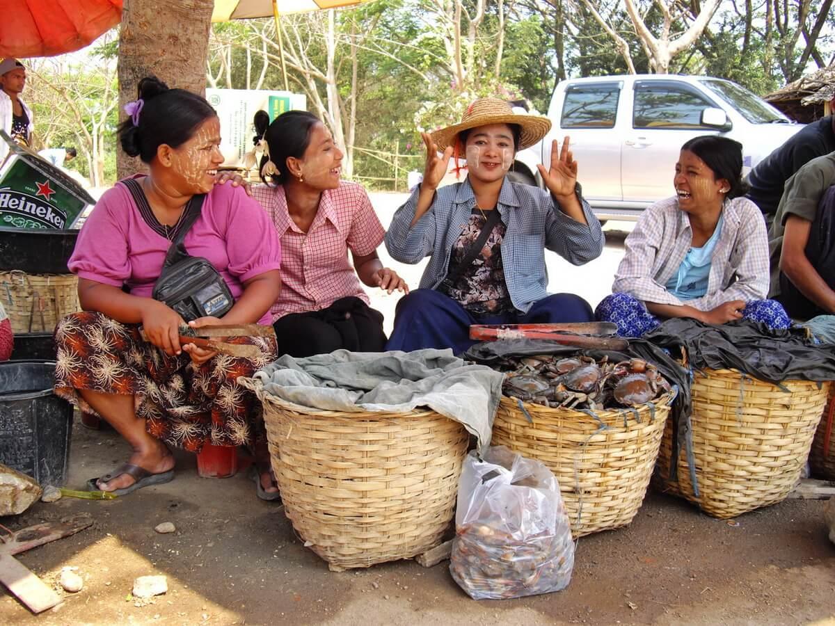 Des vendeuses Birmanes portant le thanaka sur le marché transfrontalier ThaIlande Birmanie à Mae Sot