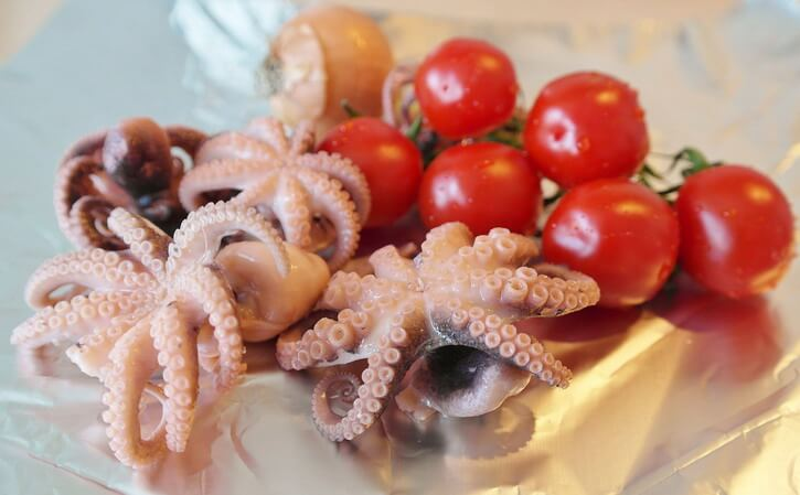 Fresh Basque squids with cherry tomatoes