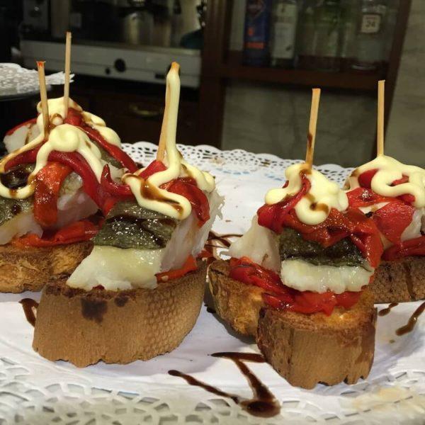 Gastronomie basque : Tapas basques faits de pain, poivron rouge, morue, aubergine