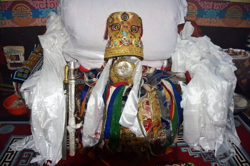 The ritual outfit of the oracle on a throne