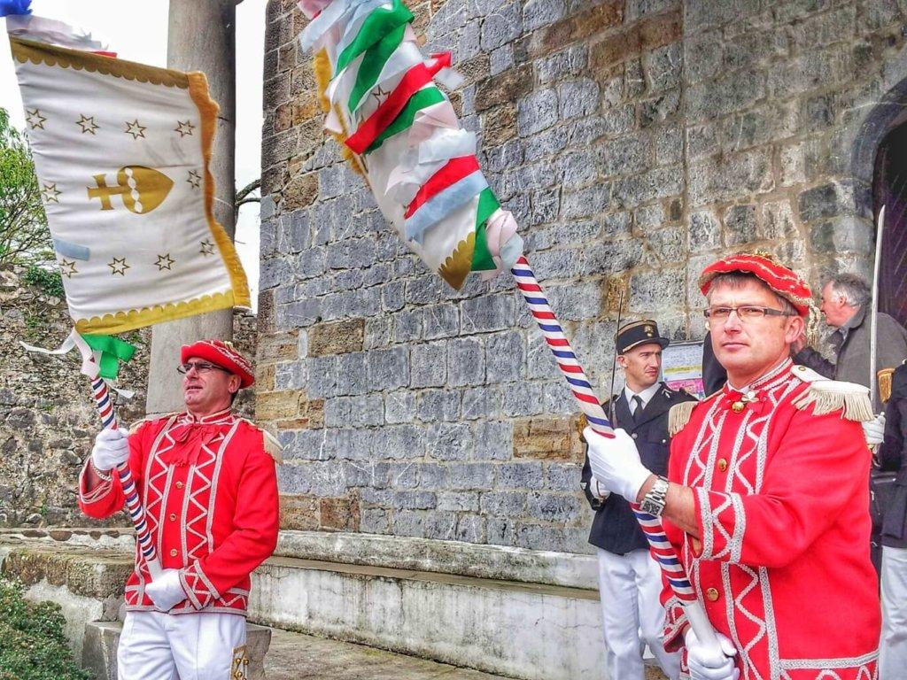 Hommes en tenue de la garde napoléonienne pendant Besta Berri, la Fête dieu Basque