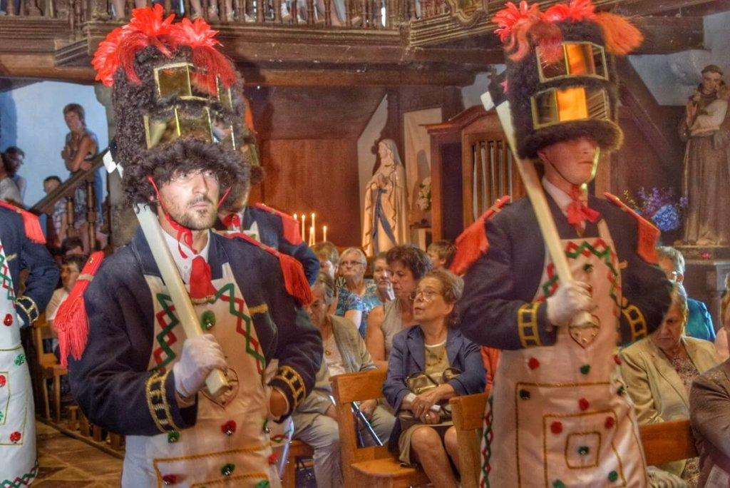 Personnages des sapeurs de la Fête Dieu Basque, avec leur haute coiffe à poils et leur hache