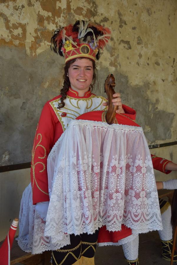Jeune fille en tenue d'homme cheval basque