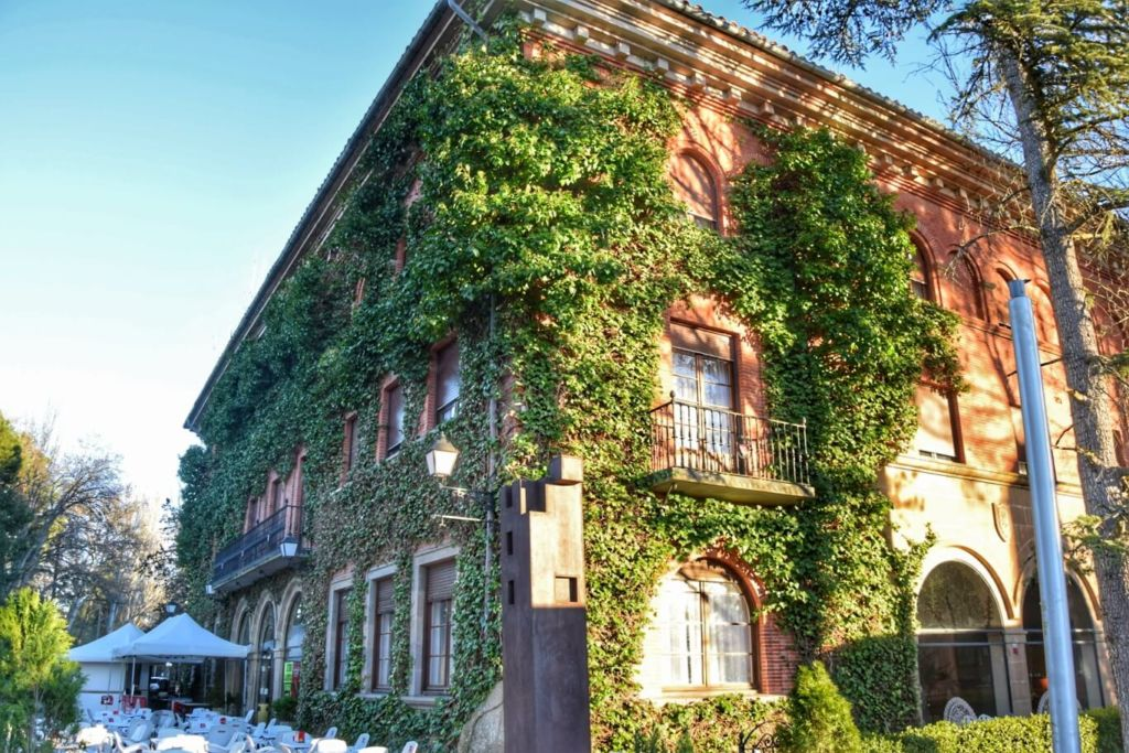 la belle façade de l'hotel Xabier, face au château de Javier