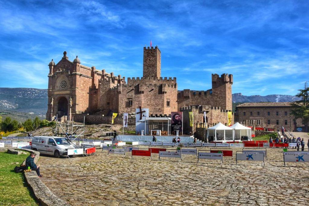 Château de Javier et place pour la messe de la Javierada