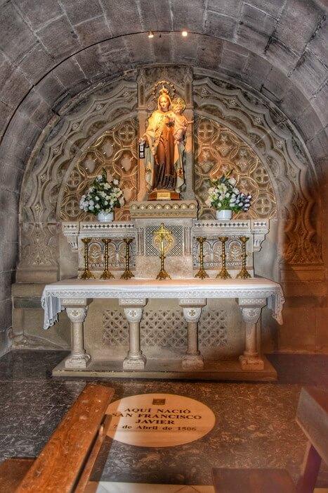 Dalle indiquant le lieu de naissance de Saint François Xavier dans la basilique de Javier