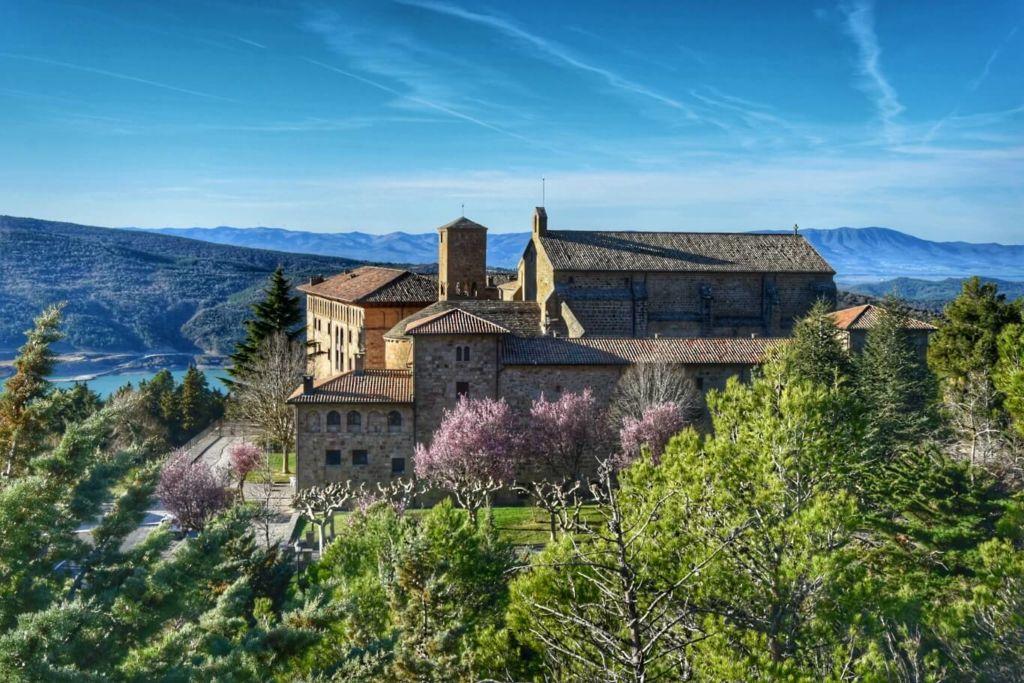 Le monastère de Leyre et le lac depuis les hauteurs