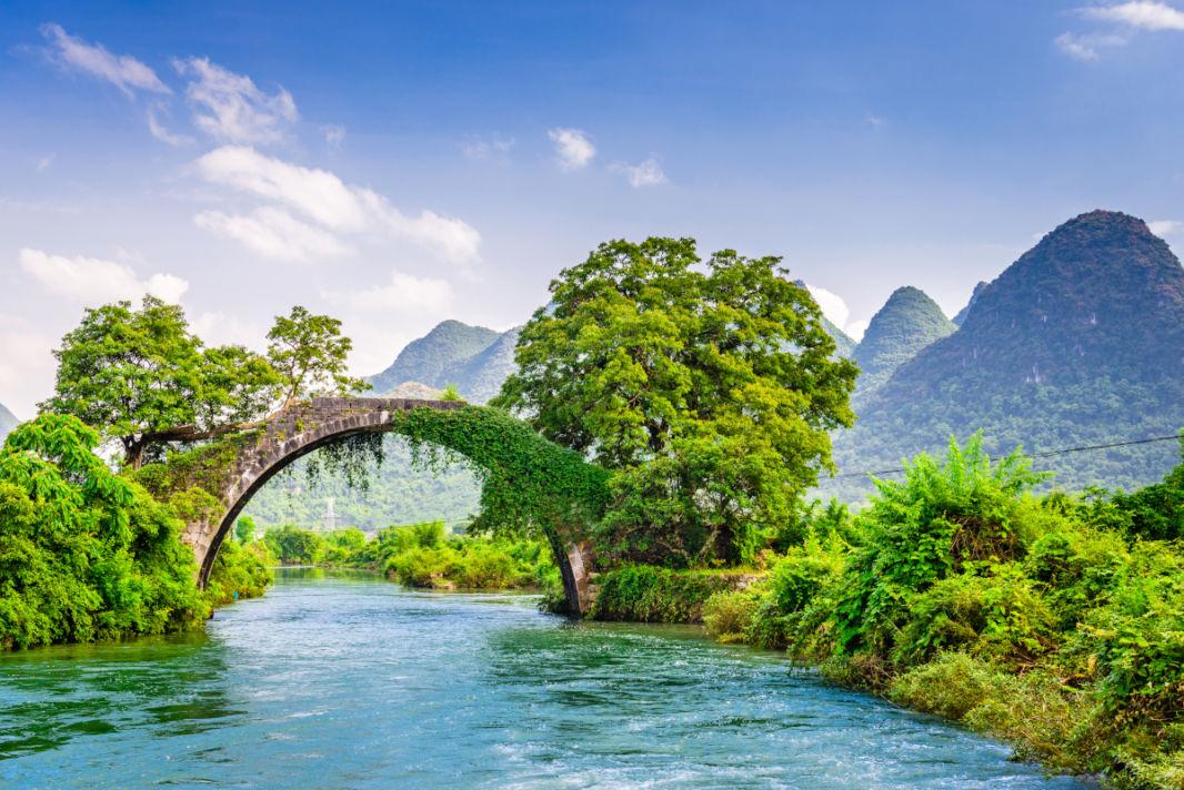 Le Dragon bridge et les pics karstiques au-dessus de la rivière Li