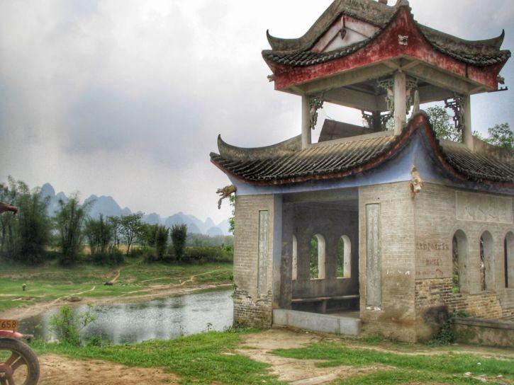 Monument de style ming au bord de la rivère Li avec des pics karstiques