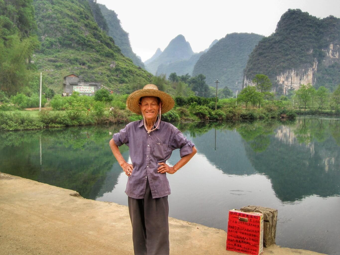 Le monsieur du pont de Jiuxian posant devant les pics karstiques