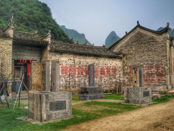 Maisons et stèles Ming