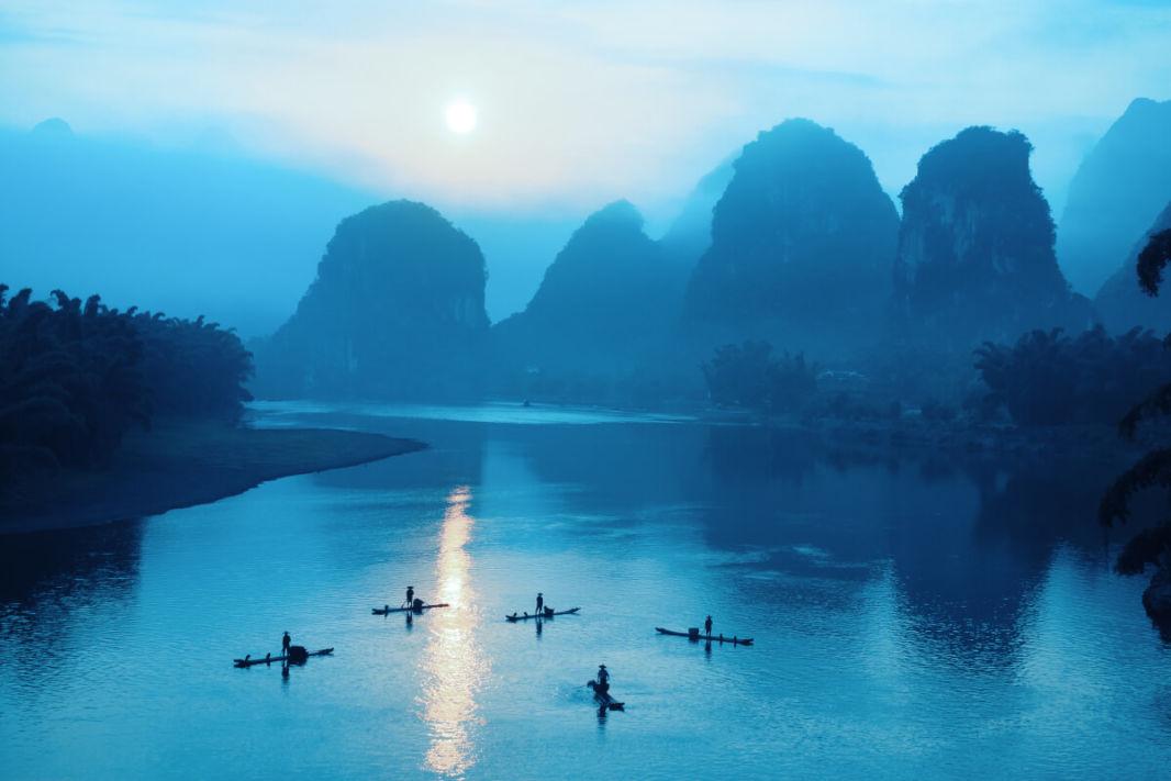 Rivière Li à Yangshuo la nuit avec pics karstiques
