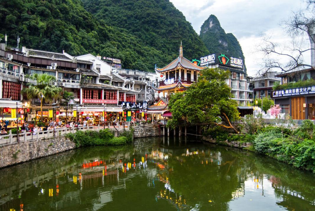 Le centre de Yangshuo avec ses restaurants au bord de la rivière