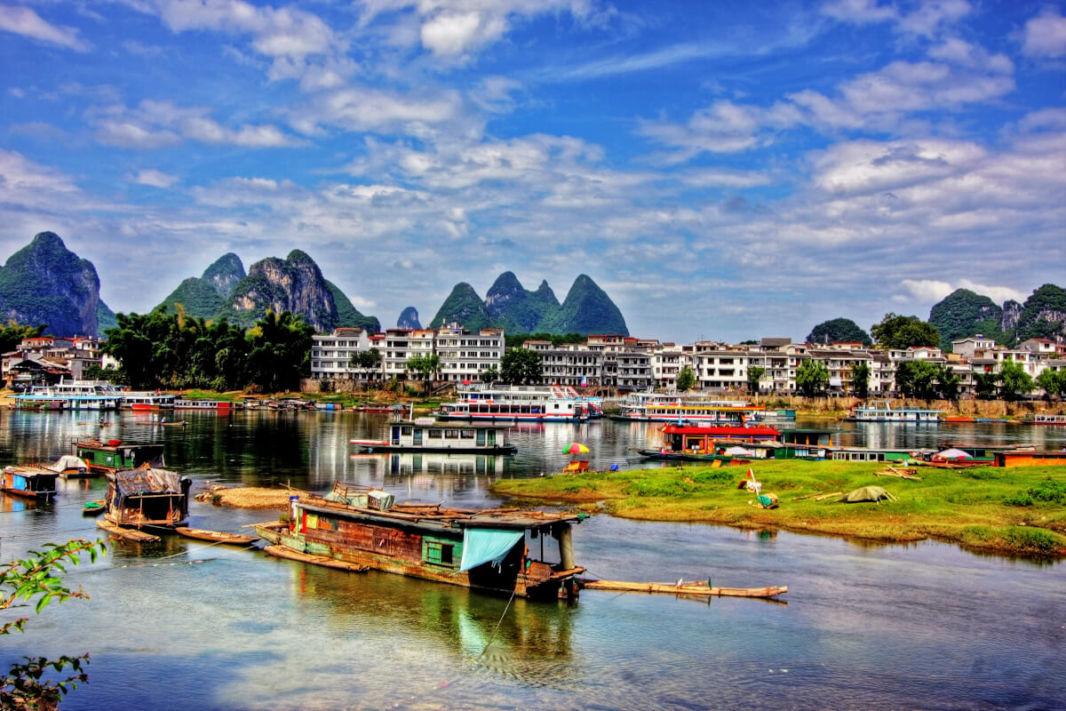 Une partie de la ville de Yangshuo et des bateaux sur la rivière Li