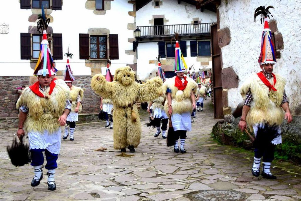 Joaldunak ou San Pantzar et ours Artza du carnaval d'Ituren Navarre
