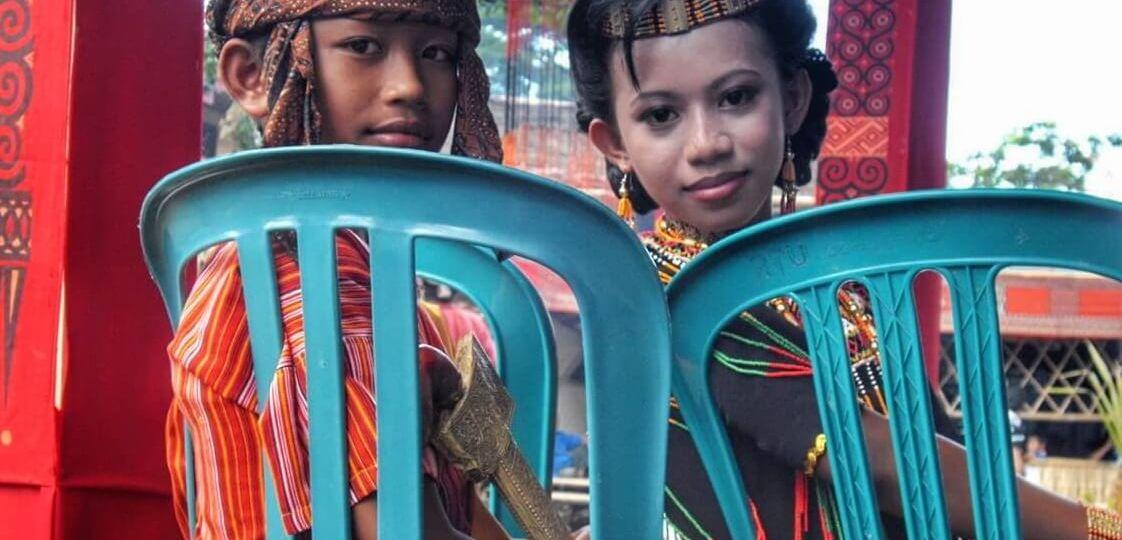 Garçon et fille Torajas en tenue de funérailles