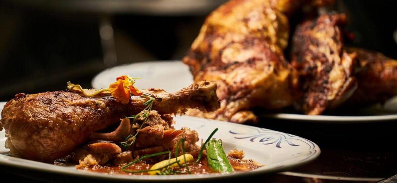 Plat de poulet basquaise dans des assiettes