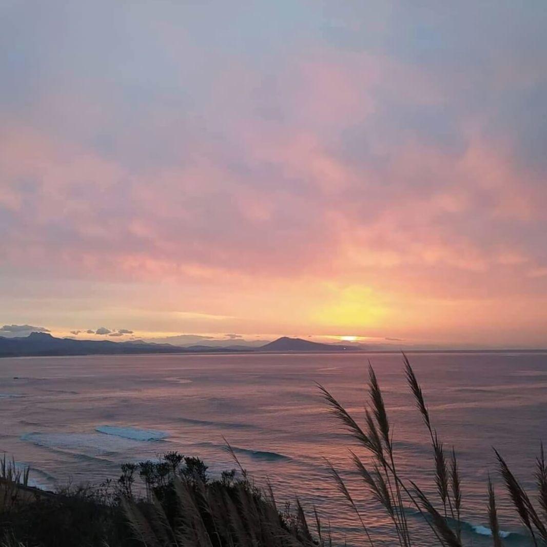 Coucher de soleil sur les Pyrénées depuis la plage de la Côte des Basques