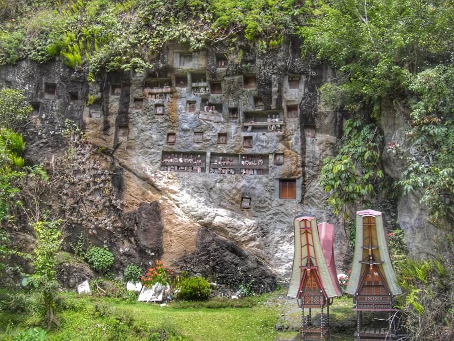 Tau Tau dans la falaise de Lemo près de Rantepao